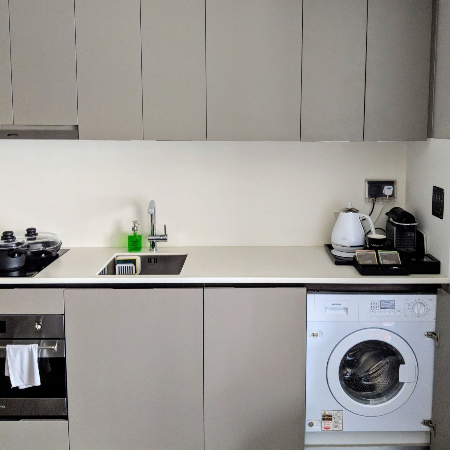 oakwood premier oue singapore one bedroom executive apartment kitchen