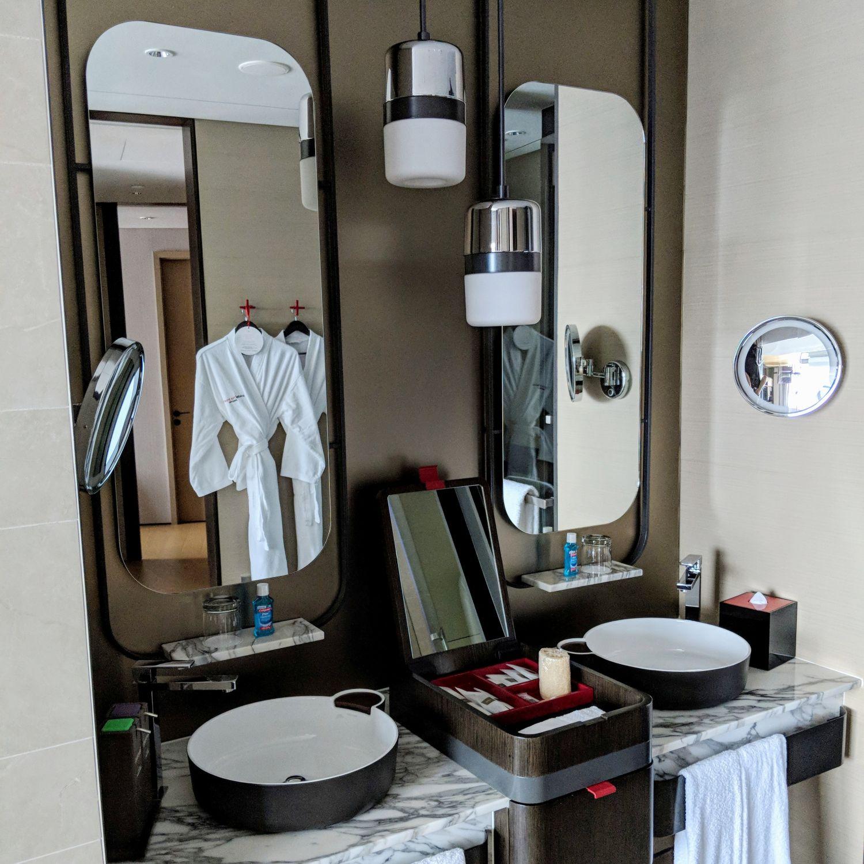 swissotel the stamford crest suite bathroom