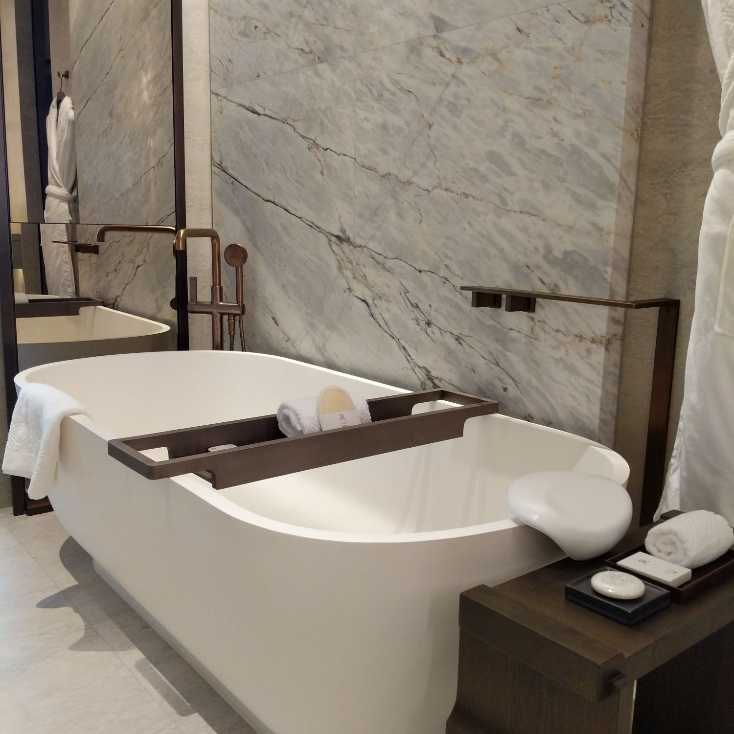 the st. regis hong kong grand deluxe room bathroom