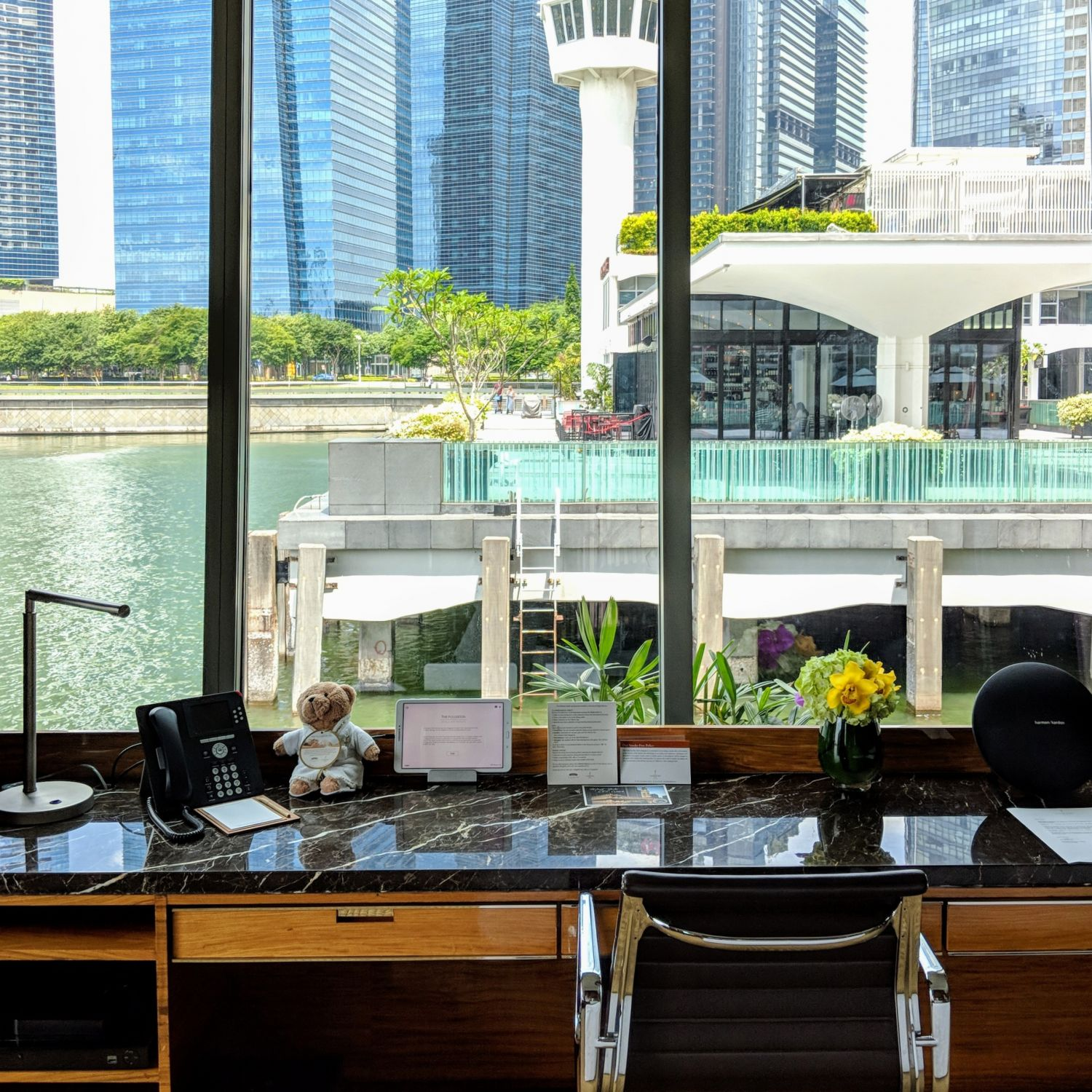 The Fullerton Bay Hotel Singapore Premier Bay View Room with Jacuzzi Work Desk