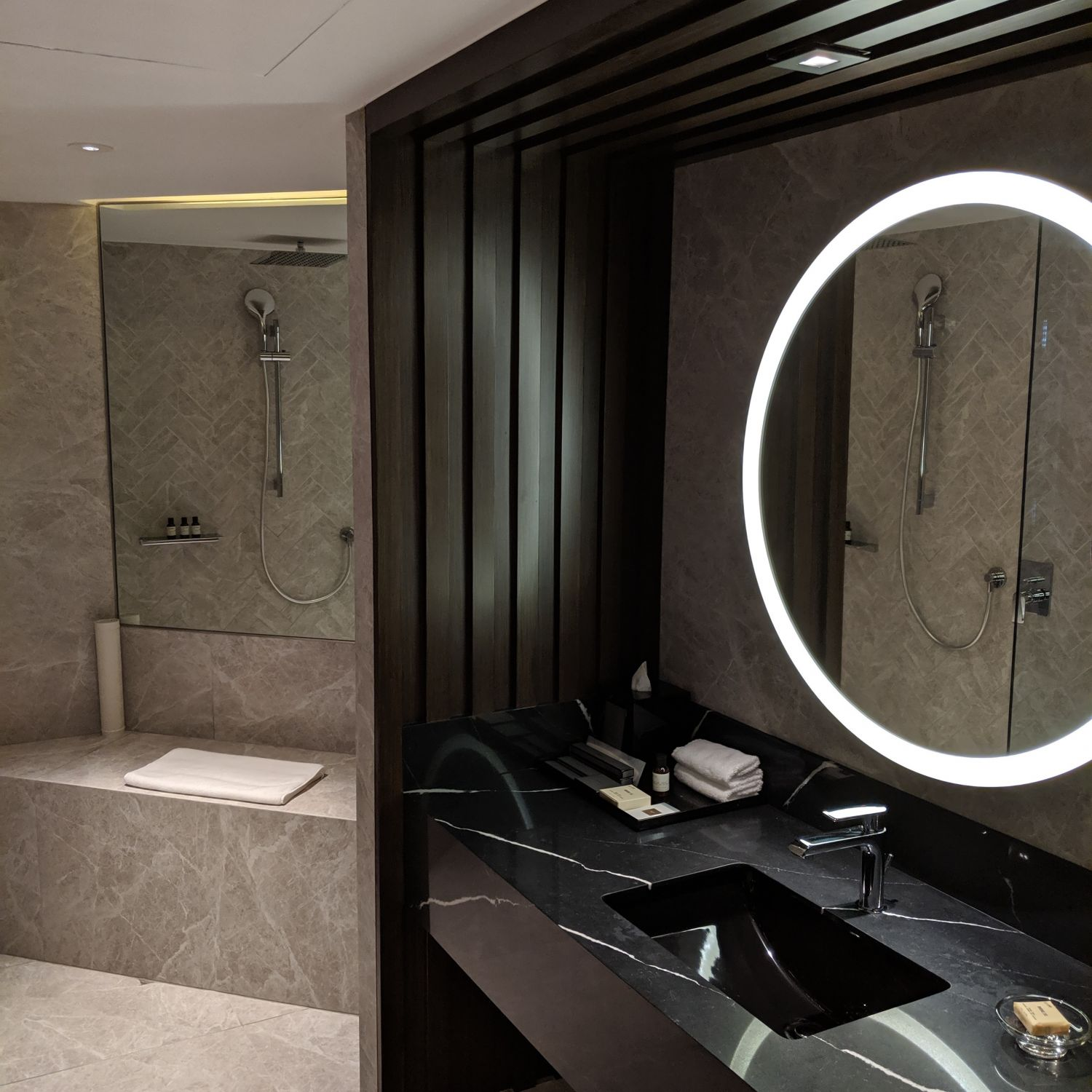 fairmont singapore signature gold king suite bathroom